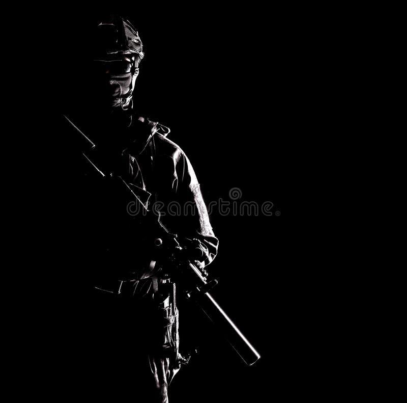 Privat beväpnad vakt för militär eller säkerhetsföretag arkivfoton