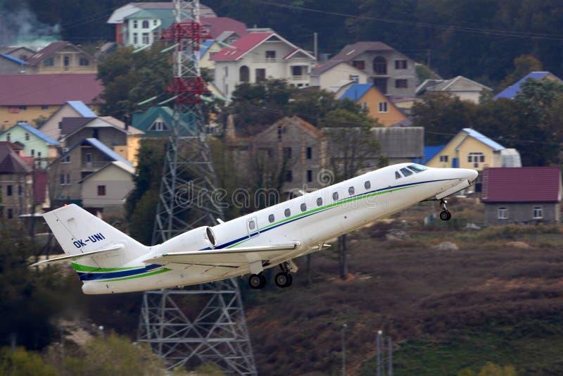 Privat Cessna 680 stämninghärskare som tar av på Sochi-Adler den internationella flygplatsen royaltyfri bild