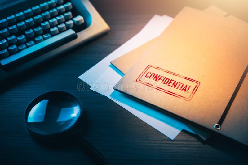 Privat detektiv- skrivbord med kuvert som märks som förtroliga arkivbild