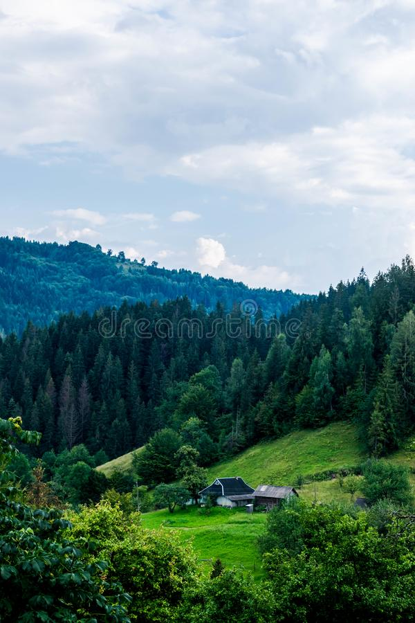 Privat egenskap i de Carpathian bergen arkivbild