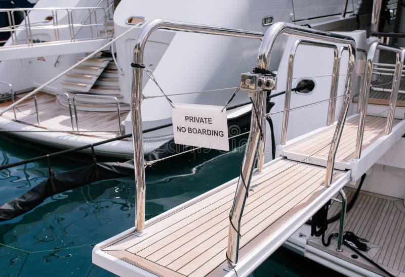 Privat-Eingangsyachten und -schiffe im Hafen von Monaco im Sommer Solar-Europa stockbild