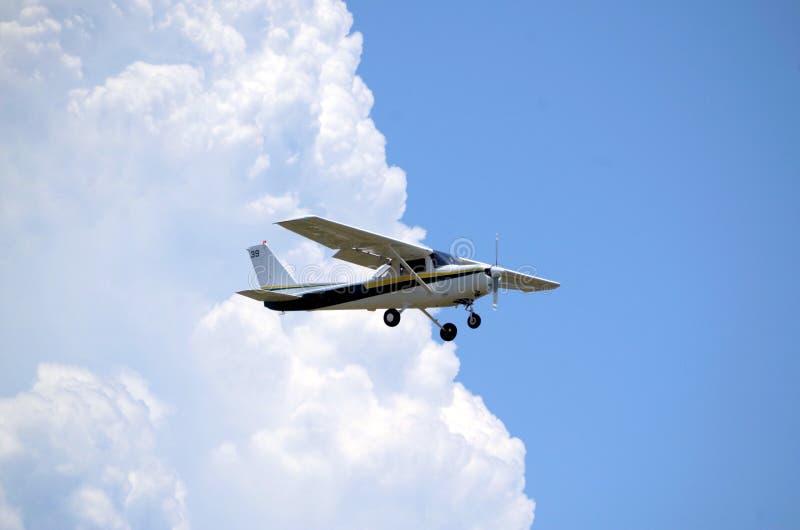 Privat flygplan på inställningsklaffar ner royaltyfri bild
