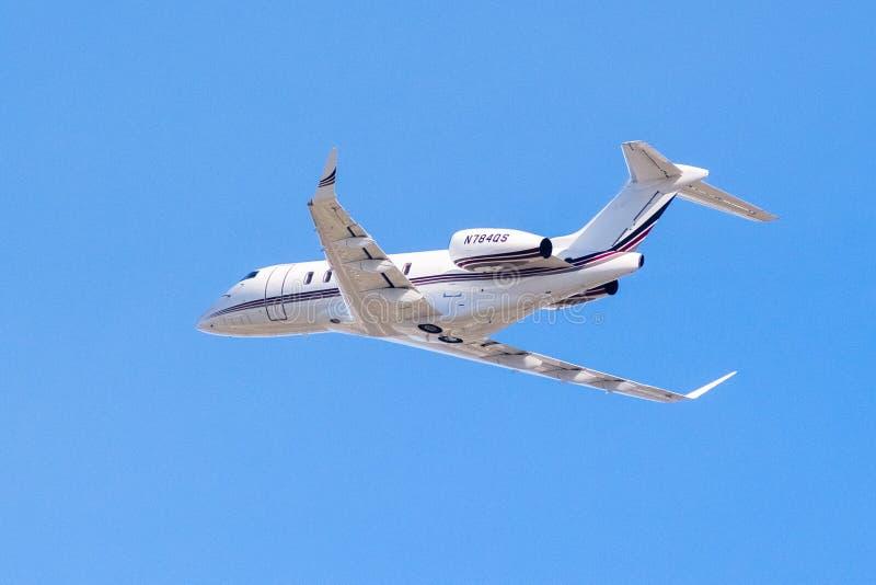 Privat flygplan upp i luften royaltyfria bilder