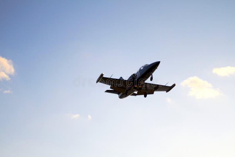 Privat flygplanslandning på en bakgrund för blå himmel arkivbilder