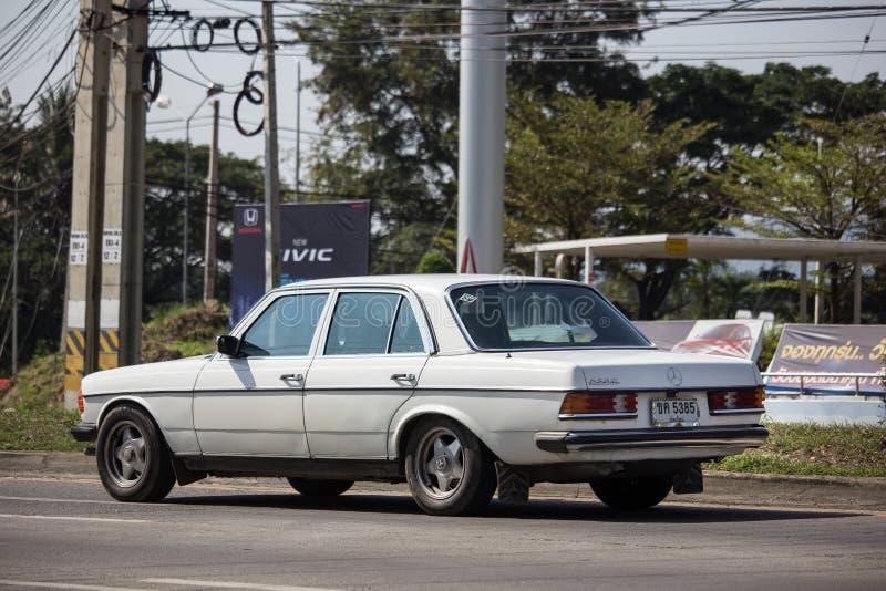 Privat gammal bil av Mercedes Benz 230E arkivfoton