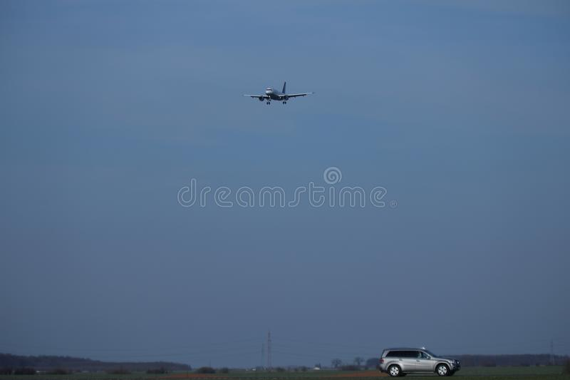Privat nivå i himlen och bilen under fotografering för bildbyråer