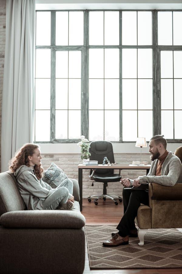 Privat terapeut som har alla öron in i flickan som talar till honom arkivbilder