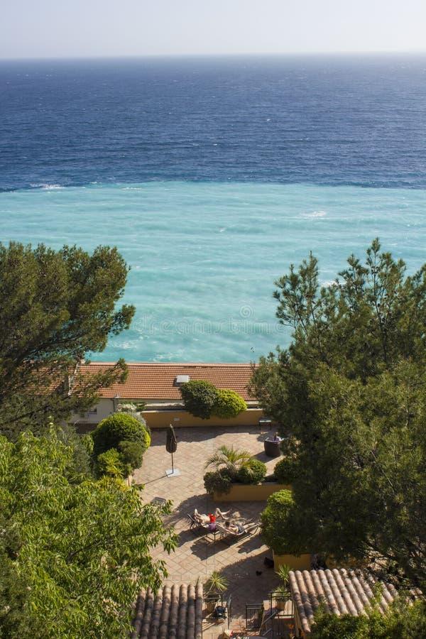 Privat villa i Nice över havet arkivfoto
