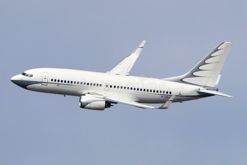 Privata Boeing 737 BBJ M-URUS gör sista vänd för att landa på Vnukovo den internationella flygplatsen royaltyfri bild
