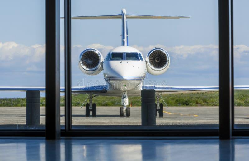 Privata företags Jet Airplane på en flygplats fotografering för bildbyråer