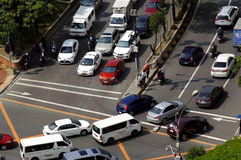 Privata och offentliga medel på en genomskärning i den Pasig staden, Filippinerna under rusningstiden i morgonen arkivfoton