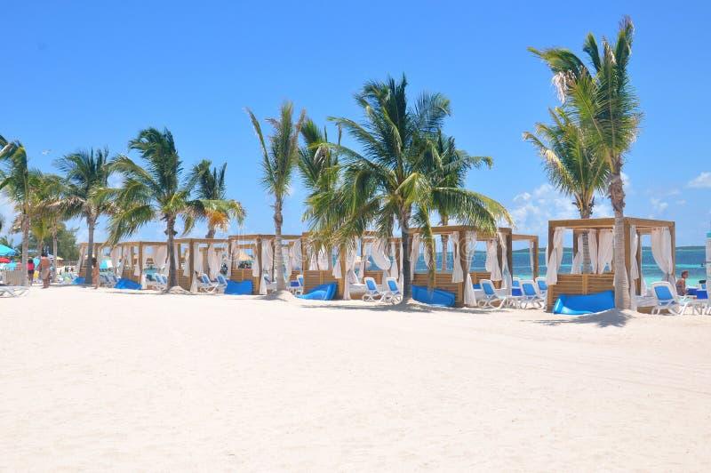 Privata strandsängar på den CocoCay för perfekt dag ön arkivbild