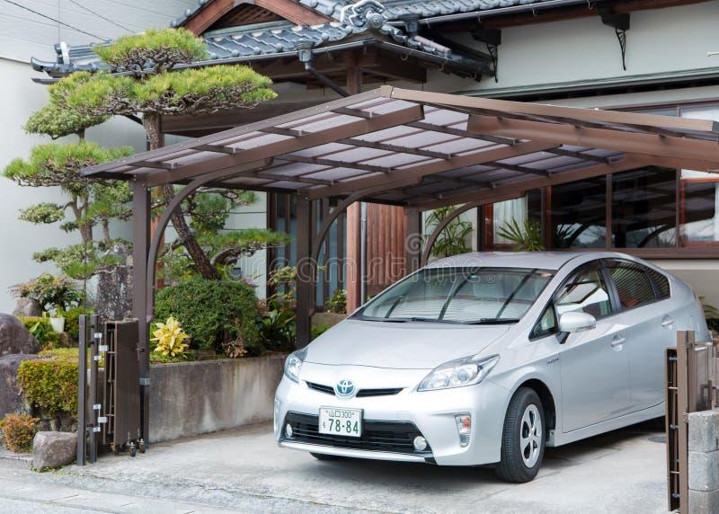Privata Toyota Prius som parkeras nära huset royaltyfri fotografi