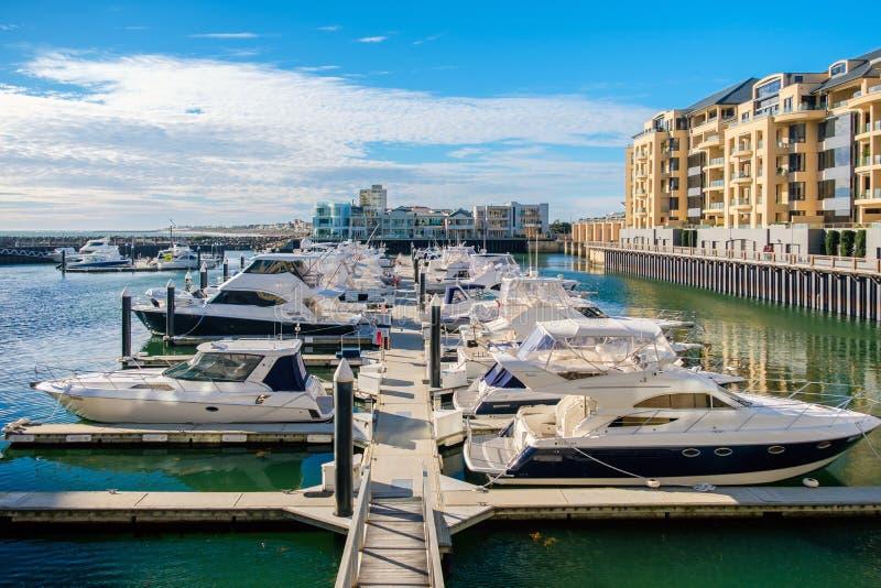 Private Boote koppelten herein nahe Glenelg Marina East an lizenzfreie stockfotos