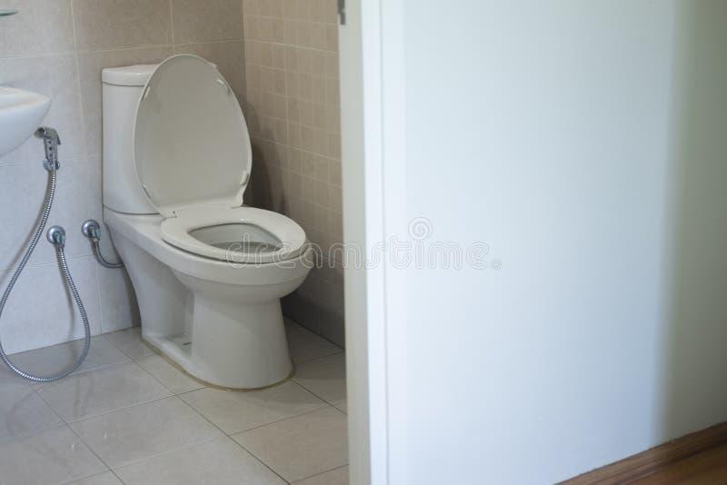 Private Toilette im modernen Raum lizenzfreies stockfoto