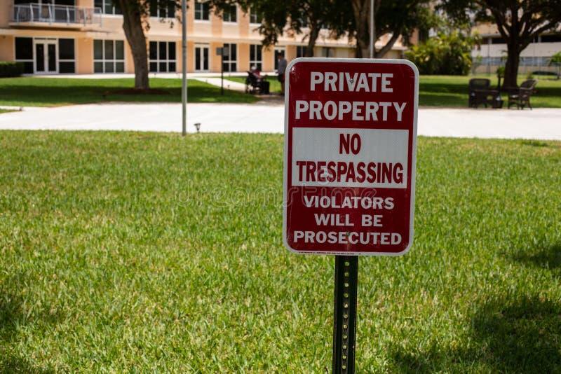 Privateigentum - kein übertretendes Zeichen lizenzfreies stockbild