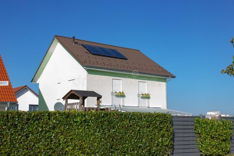 Privateigentum mit Sonnenkollektor stockfoto