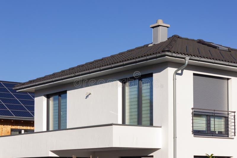 Privateigentumsgebäudebalkon und -dachspitze stockbilder