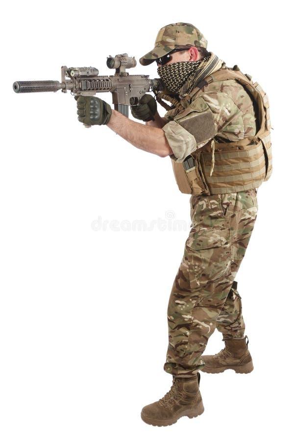Privater Militärauftragnehmer mit Karabiner M4 stockbild