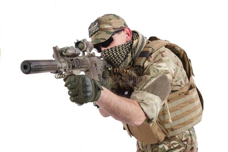 Privater Militärauftragnehmer mit Karabiner M4 stockbilder