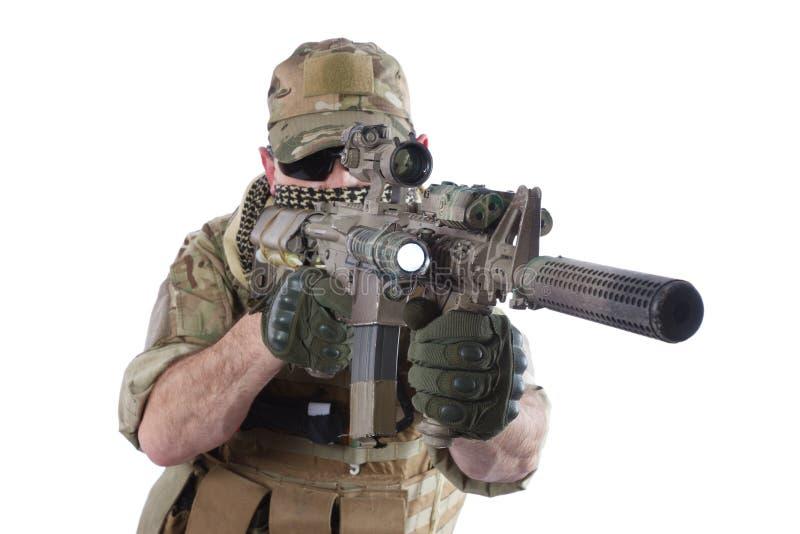 Privater Militärauftragnehmer mit Karabiner M4 stockfotografie