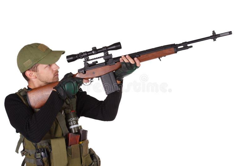Privater Militärauftragnehmersöldner mit dem Gewehr des Scharfschützen m14 lokalisiert auf Weiß stockfotografie