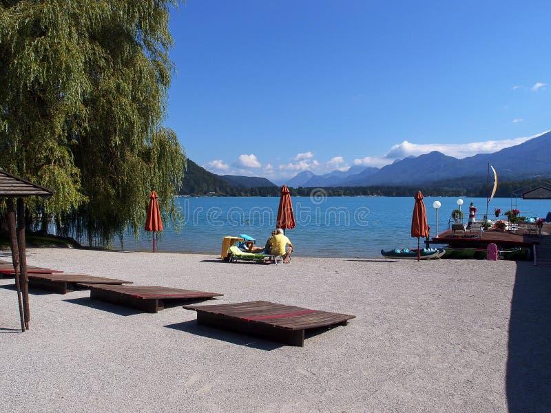 Privater Strand auf dem Ufer von Gebirgssee lizenzfreie stockfotos