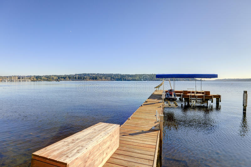 Privates Dock mit Jet-Skiliften und umfaßtem Bootslift, Lake Washington stockfotografie