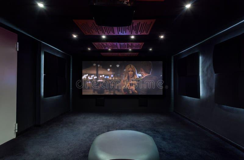 Privates Kino zu Hause stockbild Bild von eleganz