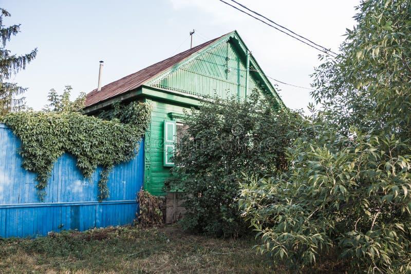 Privates kleines Haus in den Stadtränden von Orenburg-Stadt stockfoto