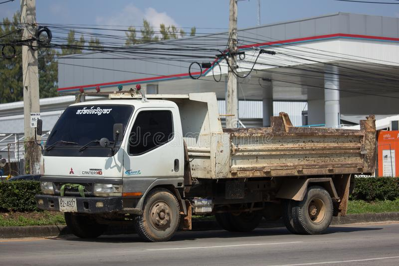 Privates Mitsubishi galoppieren Kipplaster langsam stockfotos