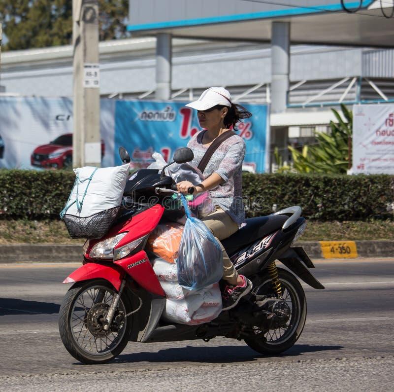 Privates Motorrad, Honda klicken lizenzfreie stockbilder