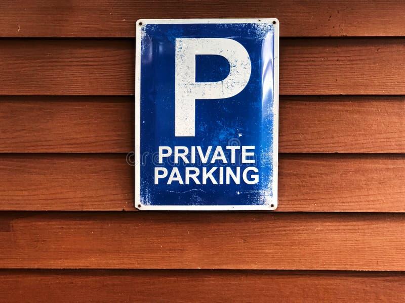 Privates parkendes Zeichen auf hölzerner Wand Blaues Zeichen und weißer Farbtext 'privates Parken ' lizenzfreies stockfoto
