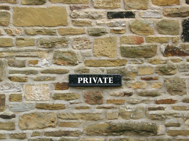 Privato - segno sulla parete refrattaria di pietra fotografie stock libere da diritti