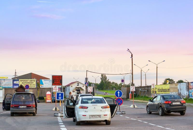 Privatpersonenkraftwagen parkten im Wartebereich auf Estnisch-russischer Staatsgrenze stockfoto