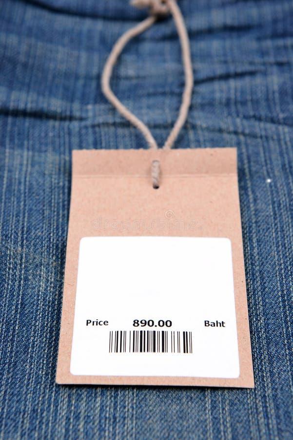 Prix à payer avec code barres sur des jeans image libre de droits