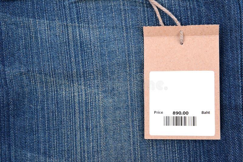 Prix à payer avec code barres sur des jeans photographie stock