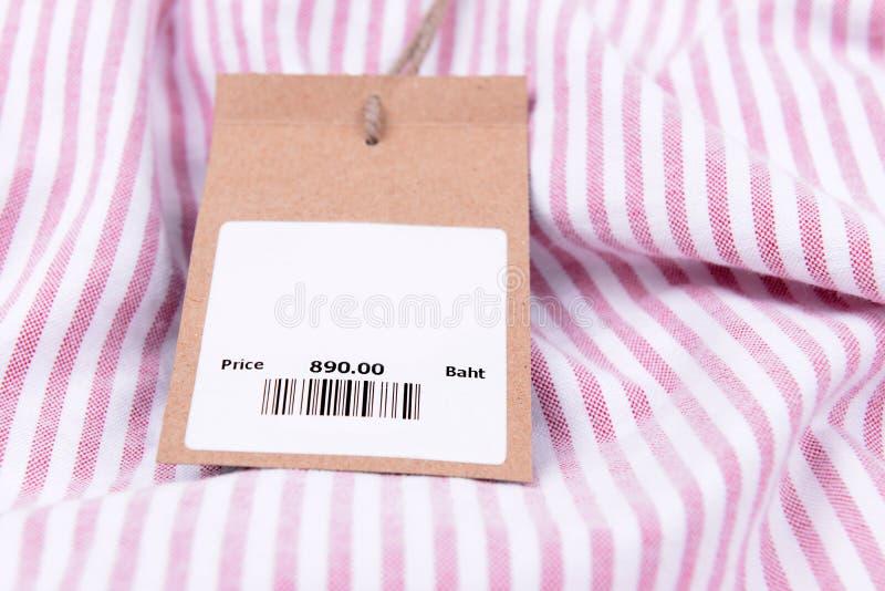 Prix à payer avec code barres sur la chemise photographie stock