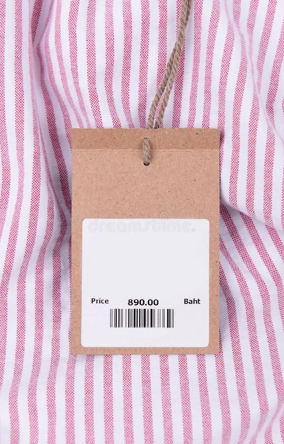 Prix à payer avec code barres sur la chemise photo stock