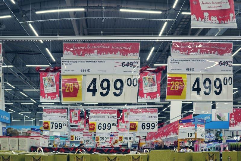 Prix à payer de nouvelle année de magasin dans l'hypermarché photographie stock libre de droits