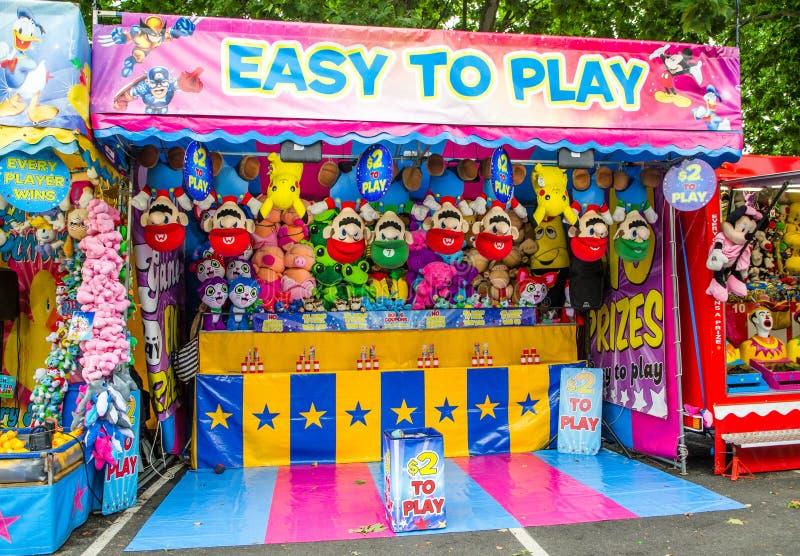 Prix de gain de cabine de jeu pour des poupées à la foire d'amusement de la communauté photographie stock libre de droits