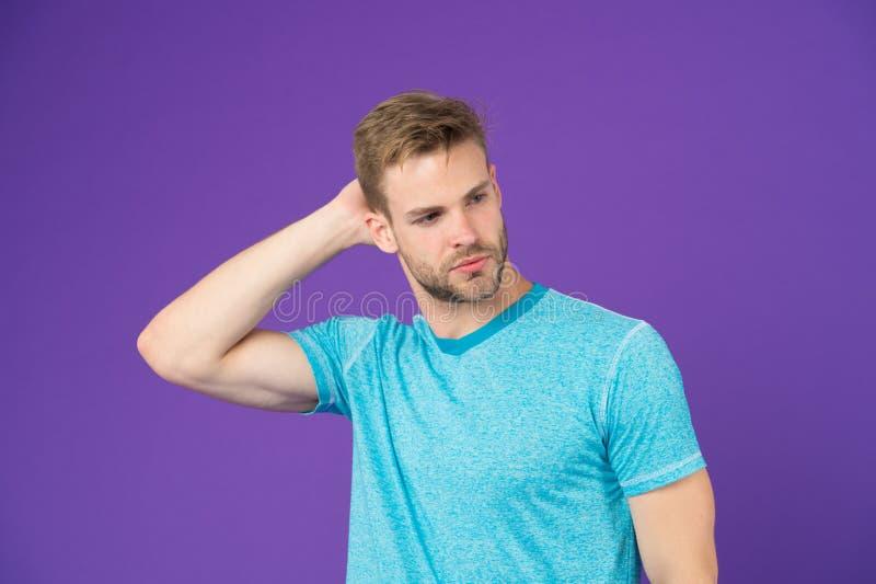 Prości kilofy robić fryzurze lepszy Używa prawego produktu tytułowania włosy Ufny z schludną fryzurą Fryzjer męski fryzura obrazy stock
