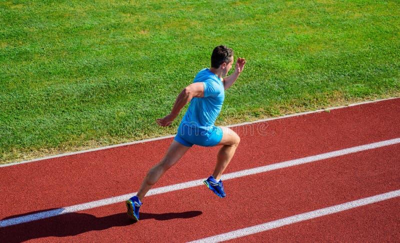Prości sposoby ulepszać działającą prędkość i wytrzymałość Atleta biegacza sporty kształt w ruchu Mężczyzna atlety bieg dokonywać fotografia royalty free