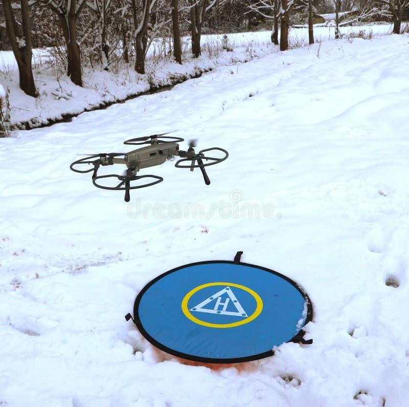 Pro bourdon de Dji Mavic débarquant sur la neige image stock