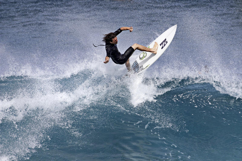 Pro cenere di Reubyn del surfista che pratica il surfing in Hawai fotografia stock