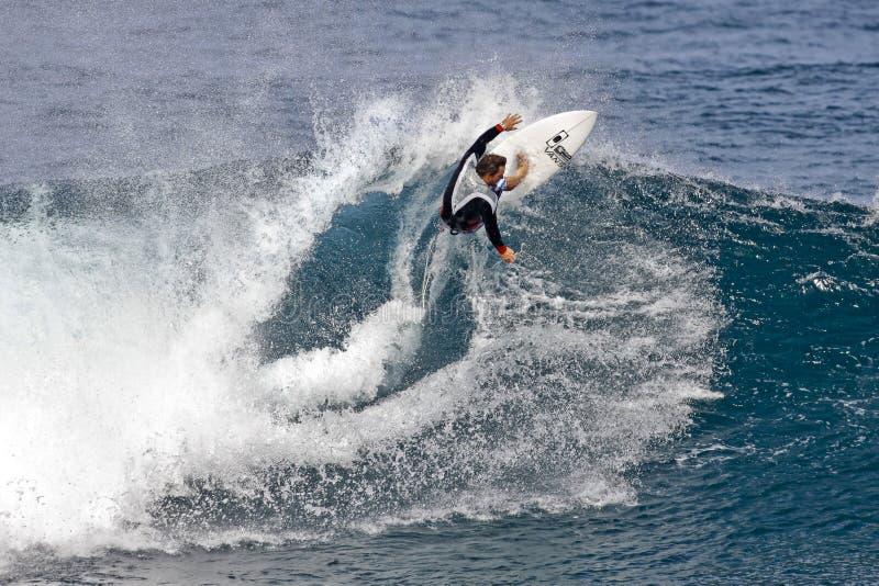 Pro Chapman die van Surfer Kalani in Hawaï surft stock foto
