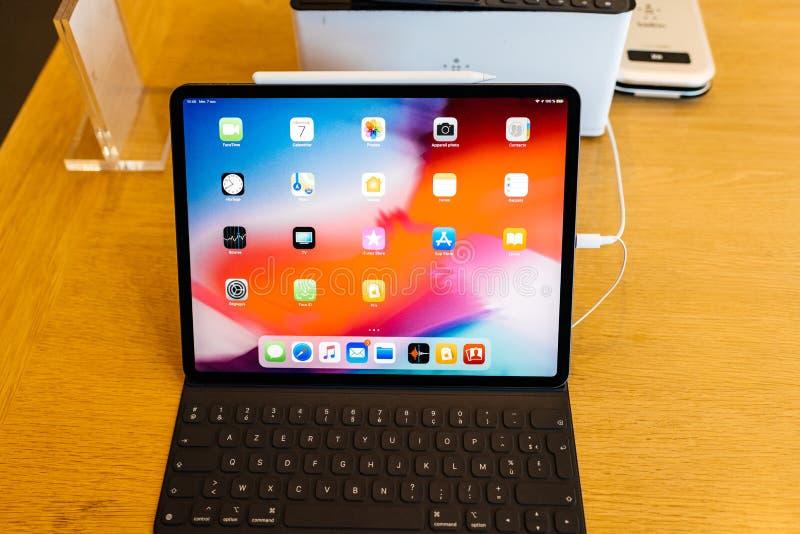 Pro compressa del nuovo iPad dei calcolatori Apple con tutti i apps domestici fotografie stock libere da diritti