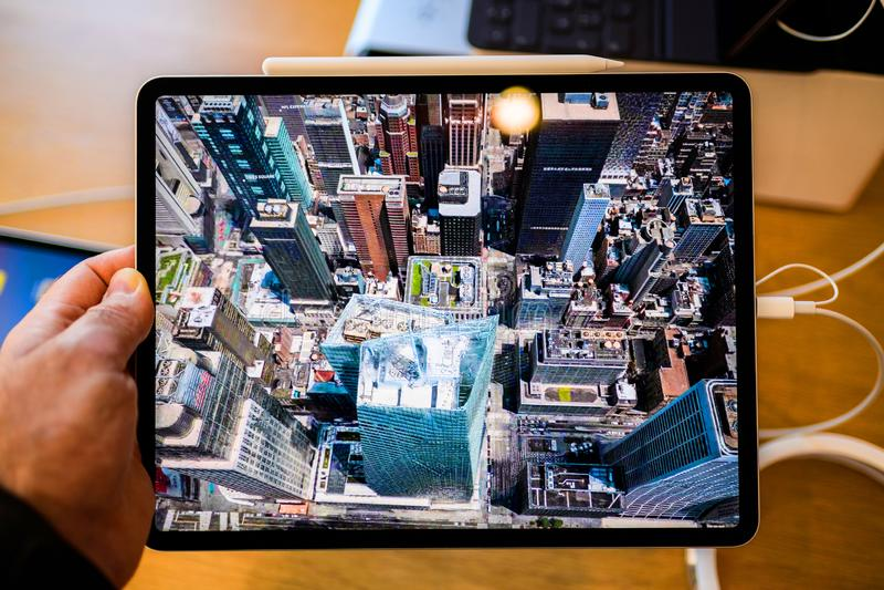 Pro compressa del nuovo iPad dei calcolatori Apple facendo uso della cavalcavia New York fotografia stock libera da diritti