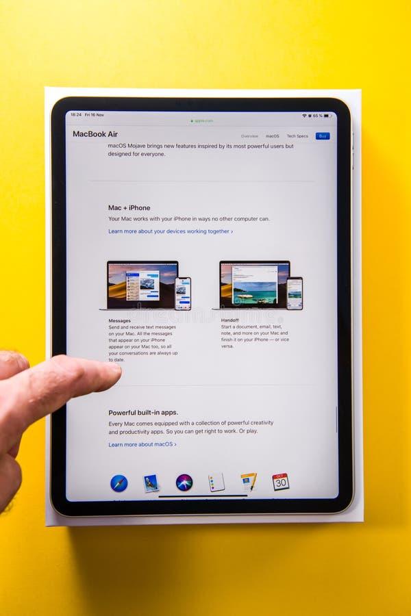 Pro compressa del nuovo iPad dei calcolatori Apple nel backgroun giallo della mano dell'uomo fotografia stock libera da diritti