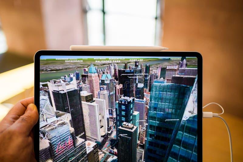 Pro comprimé de nouvel iPad d'ordinateurs Apple utilisant le survol New York photos stock